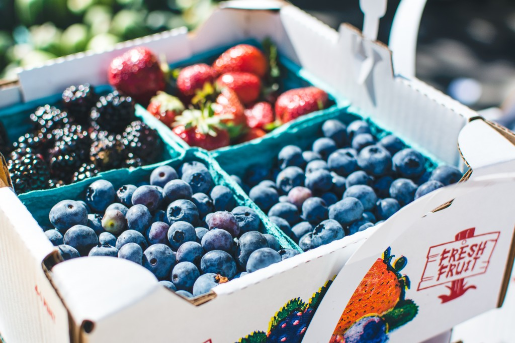 foodiesfeed.com_blueberries-on-a-market